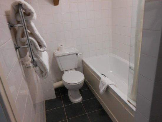 The Manor House Hotel: Bathroom