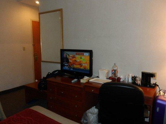 Comfort Inn: Gaveteiro,TV e cafeteira