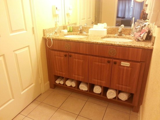Westgate Lakes Resort & Spa : Double sinks and to the left the fully enclosed toilet area which was large as well.