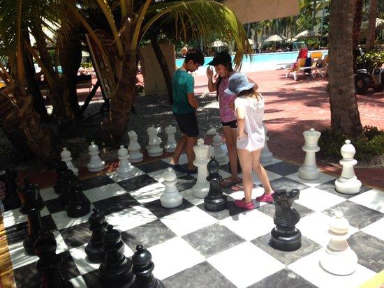 Catalonia Bavaro Beach, Casino & Golf Resort: Ajedrez gigante frente a la piscina