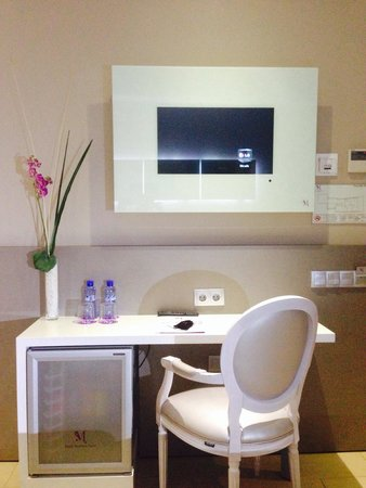 Musik Boutique Hotel: Desk, fridge and TV on top