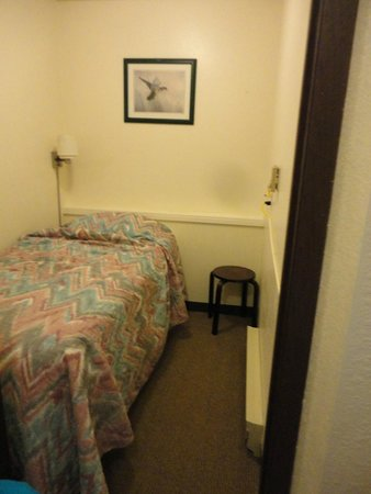 Breakers Hotel and Condo Suites: Twin room
