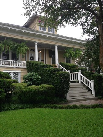 Southern Comfort Bed and Breakfast: Quiet front porch with swing