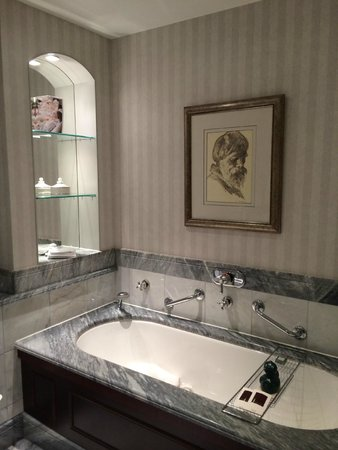 Hotel Kamp bath in the suite