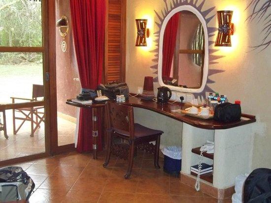 Amboseli Serena Safari Lodge: Hotel room - makeup table