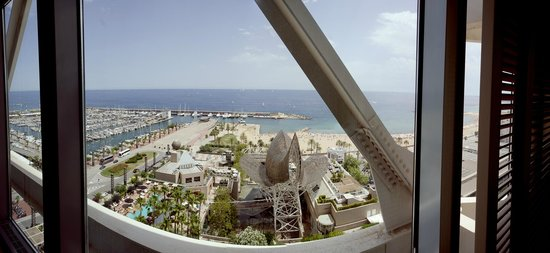 Hotel Arts Barcelona: The view was incredible.  We could see the W at the far end of the beach.