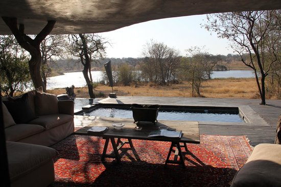 Chitwa Chitwa Private Game Reserve : Our private deck and view from our suite