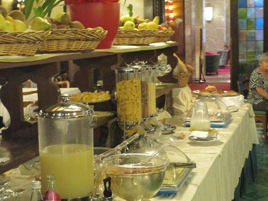 Bettoja Atlantico Hotel: fresh fruits,juices,eggs bacon,breads meats