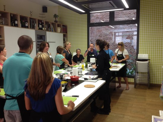 Bcnkitchen : Twelve tourists collaborating to make a four course meal with Rais chef-teacher-hostess.