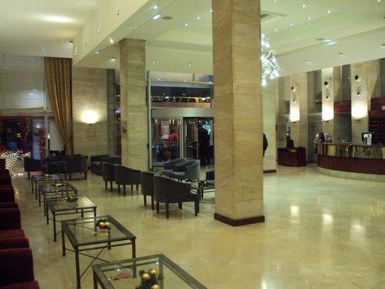 Silken Reino de Aragon Hotel: Hall y recepción.