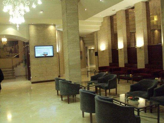 Silken Reino de Aragon Hotel: Hall del hotel.