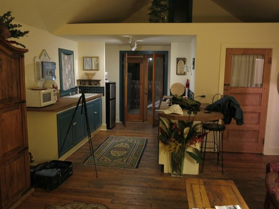 Java Junction Bed and Breakfast: Living area, kitchen with door to deck