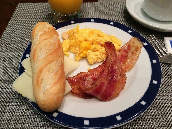 Exe Oviedo Centro: Desayuno con poca variedad y sabor