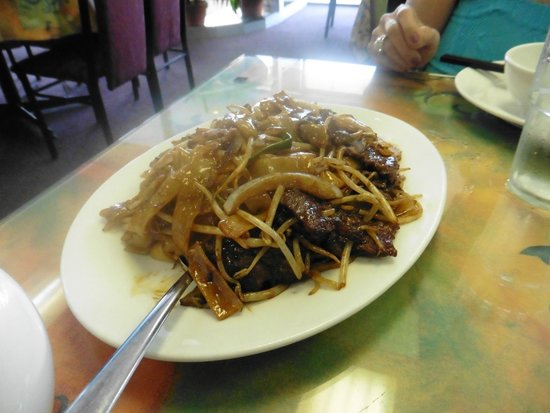On Yuen Resturant : Thick noodles with beef