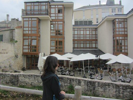 Hotel Rustico Vila Do Val: El hotel desde la parte de atrás, con la terraza en la parte baja.