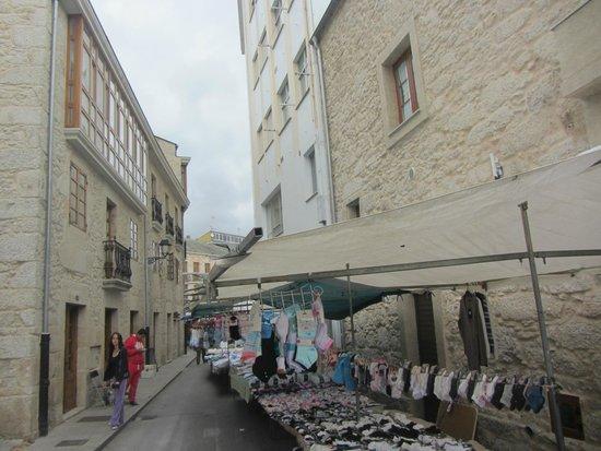 Hotel Rustico Vila Do Val: El hotel a la izquierda y el mercadillo de los sábados a la derecha.