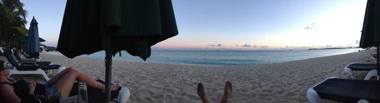 The Azure Hotel: Sonnenuntergang am Strand