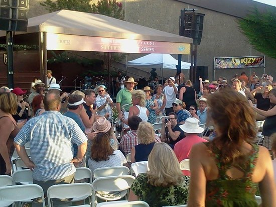 Rodney Strong Vineyards : Look closely, you can see Mindy Abair playing her saxophone in the audience.