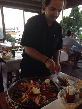 Moli d'es Raco: Serving paella at the table.