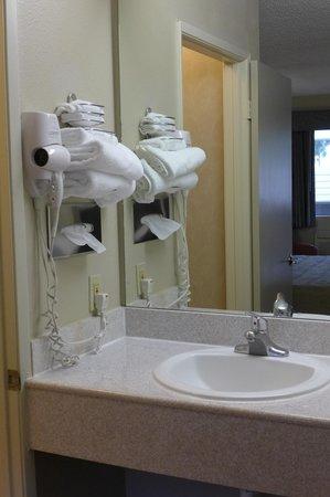 Good Nite Inn - Calabasas: Vanity area