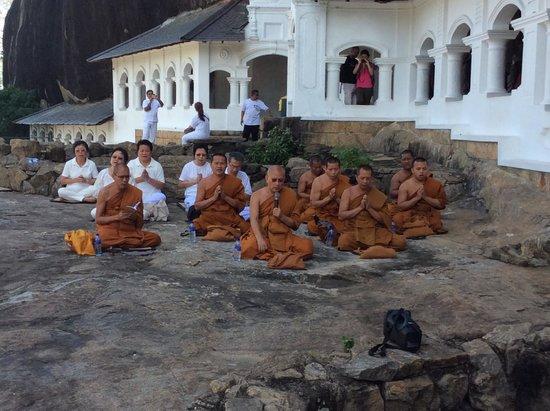 Höhlentempel von Dambulla: The group of praying monks