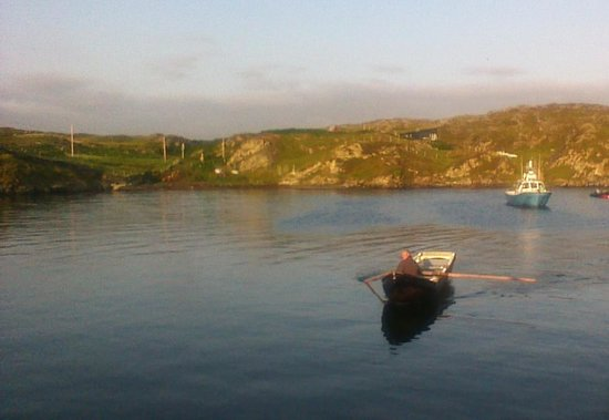 Inishbofin House Hotel & Marine Spa : the harbour view fro breakfast room