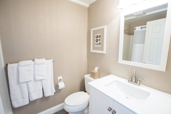 The Grand Hotel: 1st Floor Newly Renovated Bathroom in our Townhouse Suites