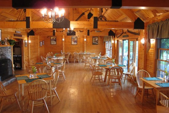 Attean Lake Lodge: The lodge dining room