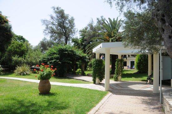SENTIDO Apollo Palace : Les jardins et chemins de l'hôtel