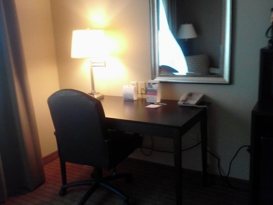 Holiday Inn Express Hotel & Suites Madison-Verona: Desk Area