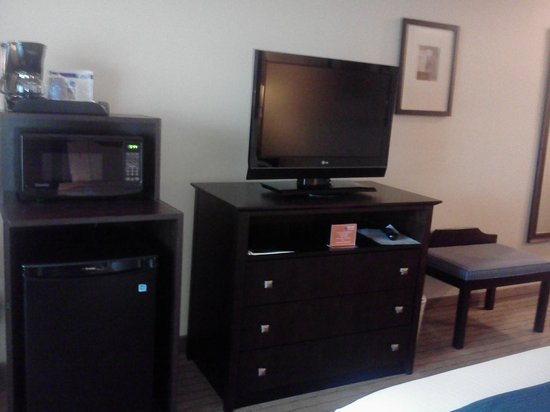 Holiday Inn Express Hotel & Suites Madison-Verona: TV, Fridge, Coffee Maker