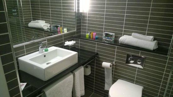 pentahotel Reading: The bathroom