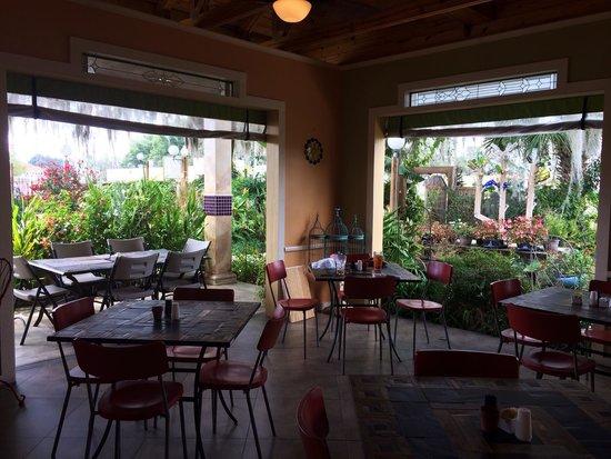 Garden Cafe at McLane's Country Garden: Love the indoor/outdoor garden setting!