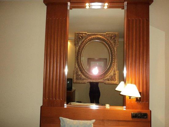 Hotel Sevilla Macarena : detalle de decoración en la habitación