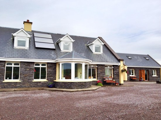 Carraig Liath House : B&B and the cottage on the right.