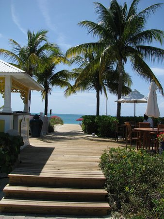 Royal West Indies Resort : entrance to beach