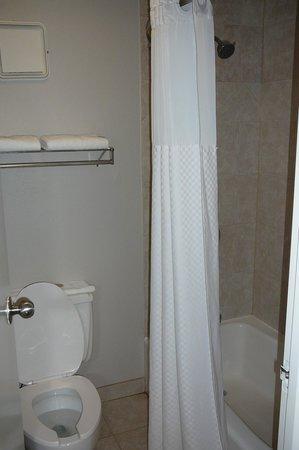 Super 8 Oxford: Shower/bath