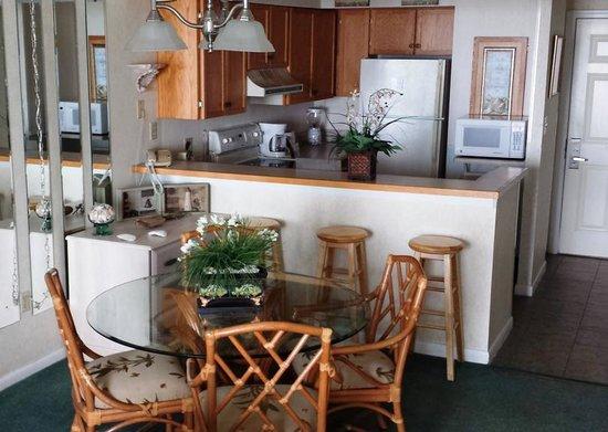 Sands Beach Club Resort: 1118 Dining/Kitchen