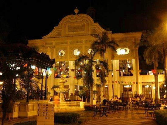 Hotel Riu Palace Riviera Maya: Area de La Plaza en la que se ofrecían noche tras noche shows en vivo