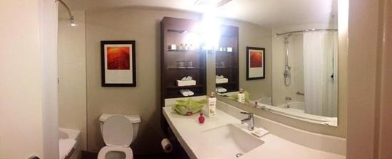 Delta Hotels by Marriott Fredericton: bathroom