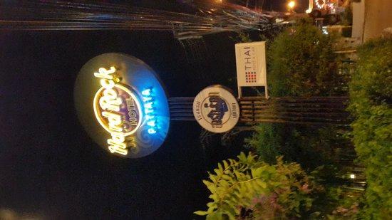 Hard Rock Hotel Pattaya: 夜。ネオン