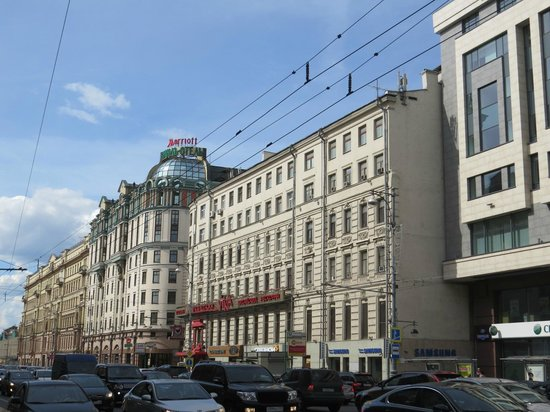 Moscow Marriott Grand Hotel: front of hotel facing the street