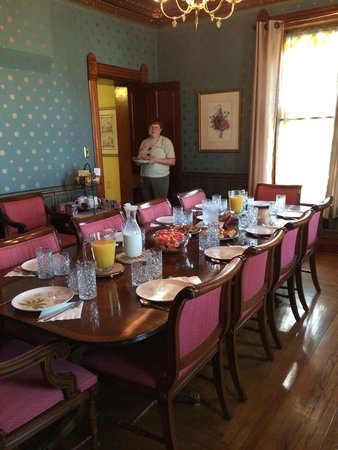 The Nauvoo Grand Bed & Breakfast: Breakfast is served