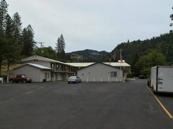 Konkolville Motel: View of the hotel upon driving into the parking lot.