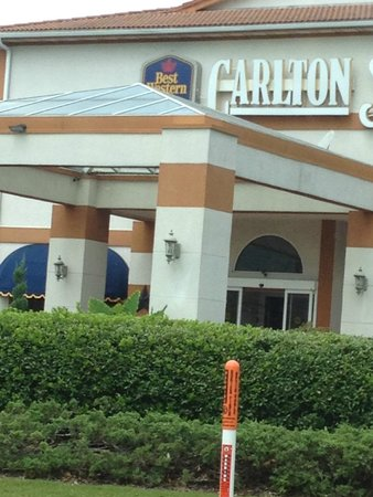 Best Western Plus Carlton Suites: Front entrance of hotel