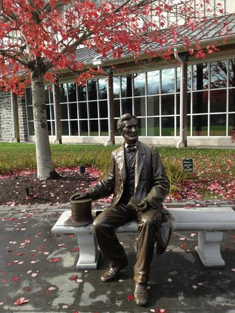 Centro de Visitantes y Museo Gettisburg: Lincoln seated in front of visitor's center