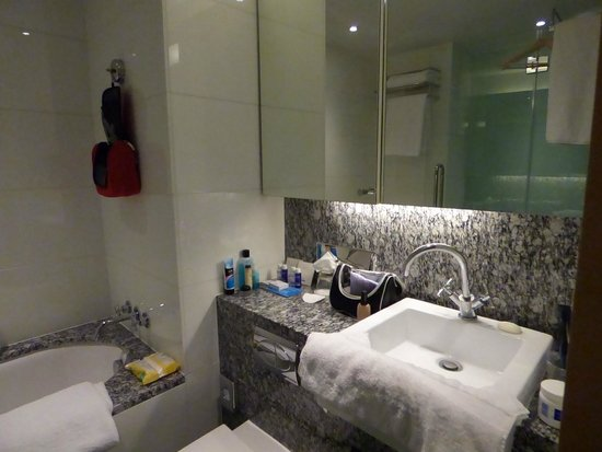 Park Plaza County Hall London: Bathroom storage was great