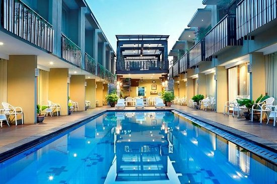 Devata Suites and Residence: Night Pool