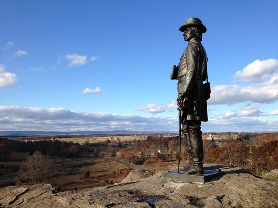 Centro de Visitantes y Museo Gettisburg: Brigadier General Warren surveys the valley from Little Round Top