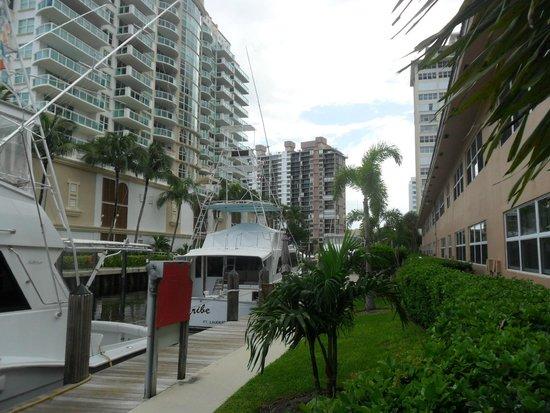 Coconut Bay Resort: Solo con asomarse desde el sector pileta se observan embarcaciones. Muy pintoresco